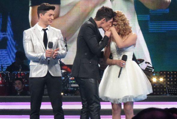 Se salvó Fernando con el voto del público y él fue a besarla en la mano.