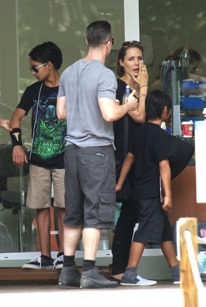 Brad y Angelina esperando al resto de sus pequeños. Mira aqu&iacu...