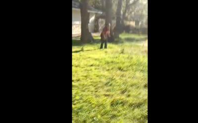 Una niña llora descosolada tras ver como agentes de inmigración detienen...