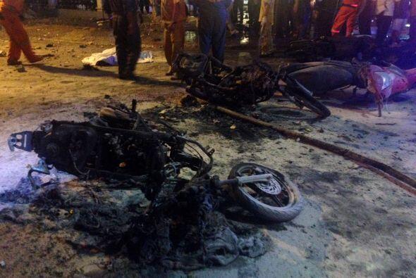 Motocicletas completamente destrozadas por la fuerza de la bomba.