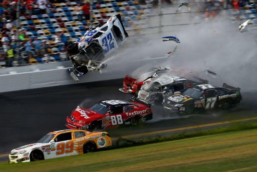 El momento en el que el auto de Kyle Larson se proyectó hacia la reja qu...