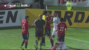 Pisa Edwin Cardona y el árbitro le perdona la roja