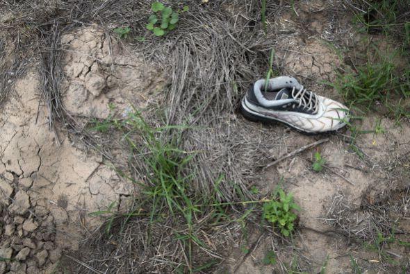 Zapatos viejos como estos suelen ser dejados atrás por inmigrantes que c...