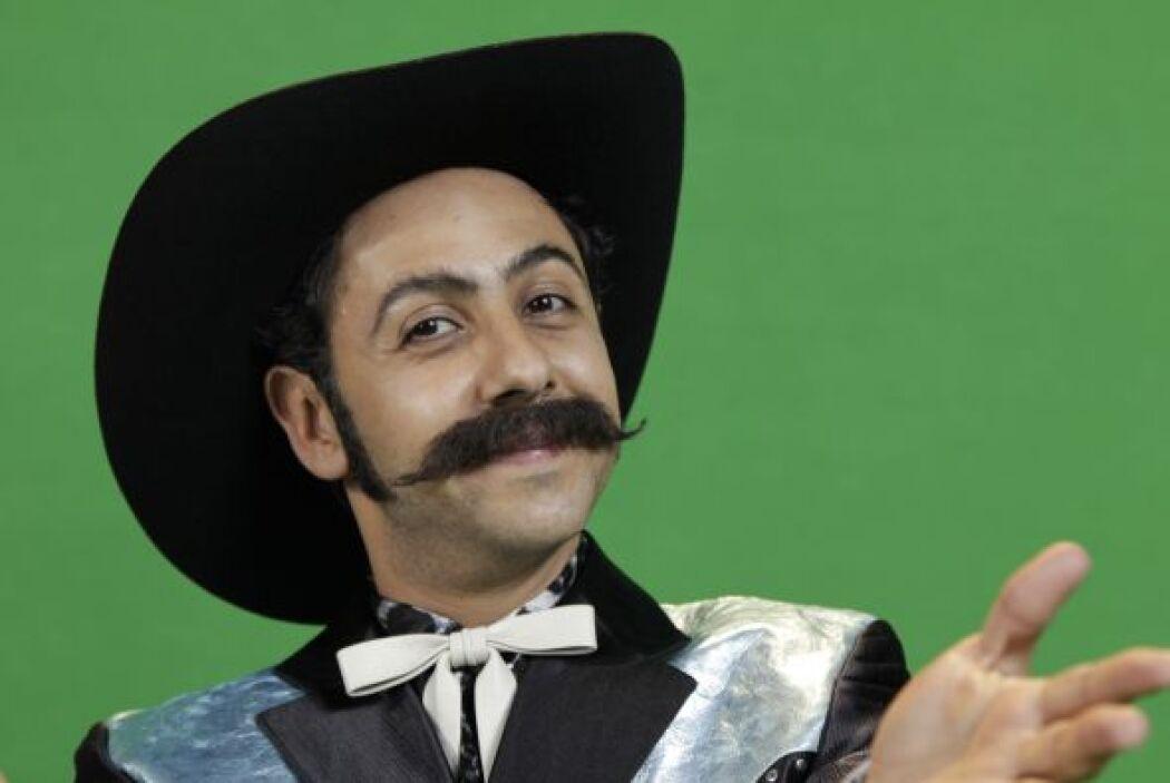 Don Apolinar (Humberto Busto) es un músico oaxaqueño, enano de estatura,...
