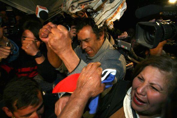 Los chilenos que recibieron con alegría a los mineros atrapados en la mi...