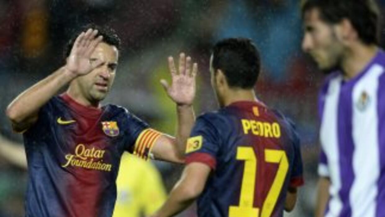 Xavi felicita a Pedro luego de que el extremo hiciera el primer gol para...