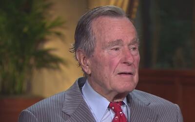 Pese a una mejora de salud, el expresidente George H. W. Bush continúa e...
