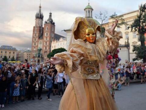 .Zanqueros y artistas participan en un desfile cerca de la Antigua Plaza...
