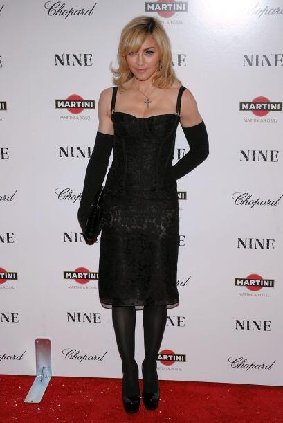 Desde los años 80's, Madonna ha impuesto moda con los guantes. Ho...