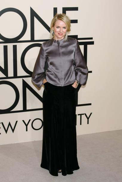 Quien también posó para las cámaras fue Naomi Watts. Una blusa de seda g...