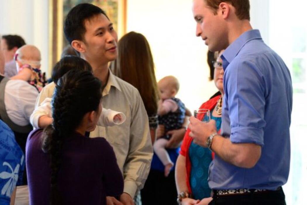 El príncipe William platicó con otros padres en Wellington.