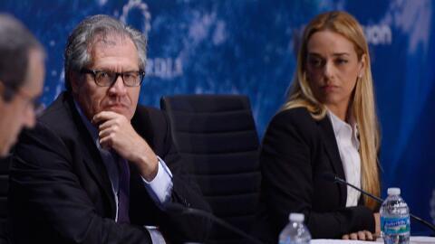 Luis Almagro, secretario general de la OEA y al fondo Lilian Tintori, es...