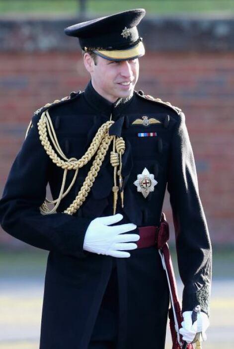 También, con su traje militar, que usó hace unos días para entregar meda...
