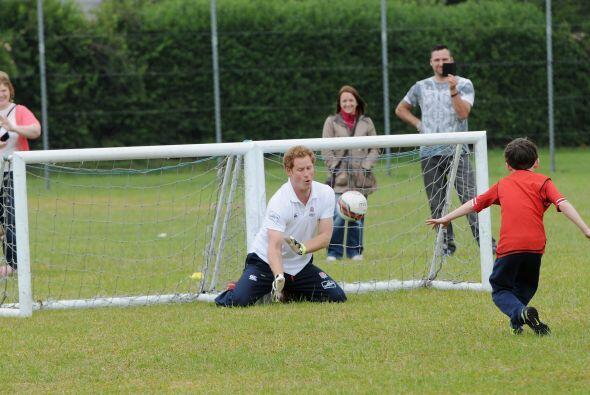 Una gran convivencia entre Harry y los niños de Suffolk.Mira aquí los vi...
