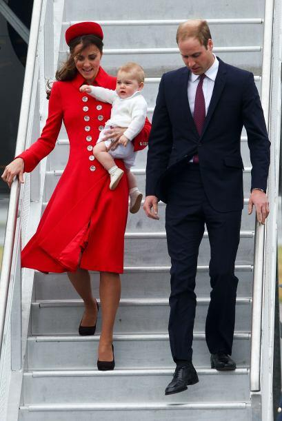 Los Duques bajaron con cuidado las escalinatas del avión. Mira aq...