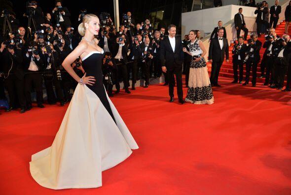 El vestido sin tirantes le dio un porte muy estilizado.