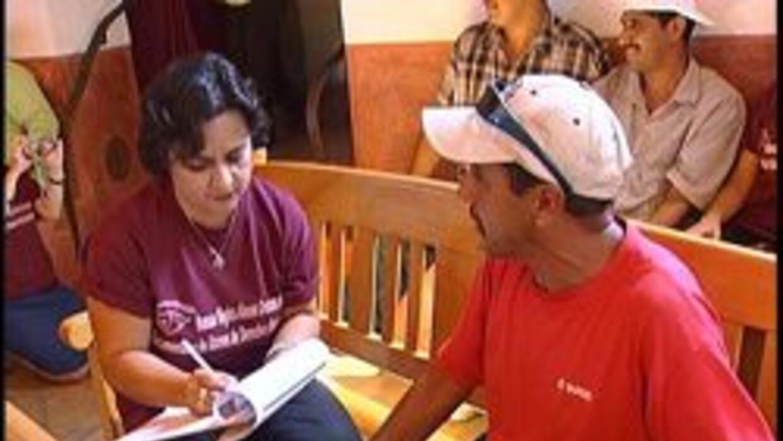 Activista hablando con una victima