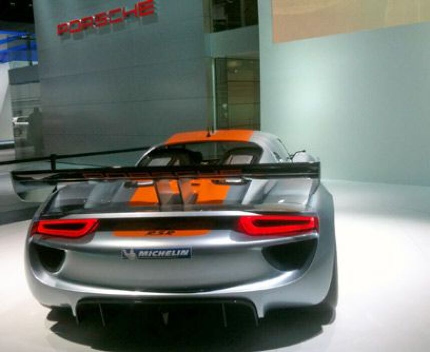El poder alemán del futuroEl Porsche 918 RSR está hecho de fibra de carb...