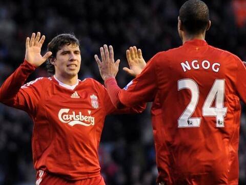 Liverpool ganó 2-0 al Bolton y se acercó a un punto del To...