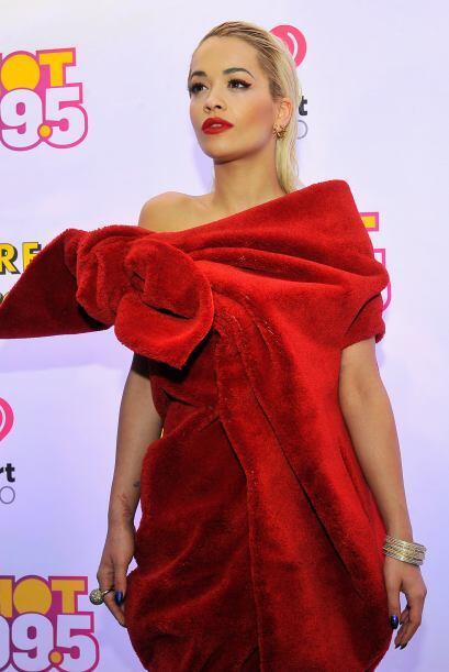 Rita Ora se acabó todo el peluche para hacer este vestido con una rosa e...