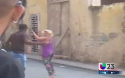 Una mujer es golpeada por protestar en contra del régimen castrista