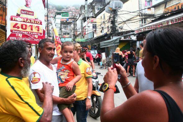 El ´Baixinho´ llevó su campaña con bastante éxito a diversos barrios car...