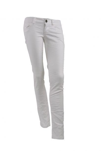 Jeans blancos. Lucirlos este invierno es tendencia. Combínalos con tacon...