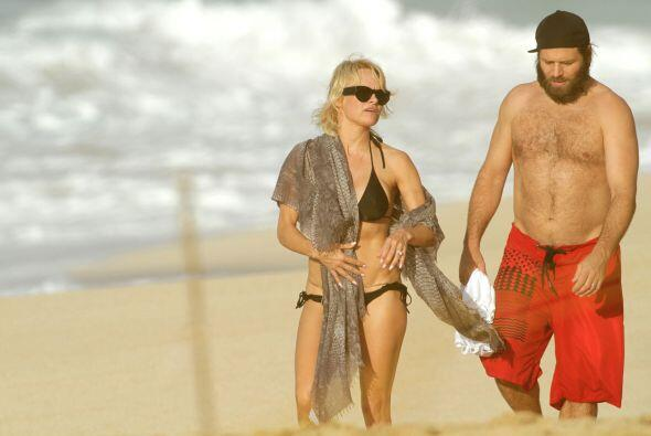 Ella y Rick Salomon disfrutaron del mar y el sol.