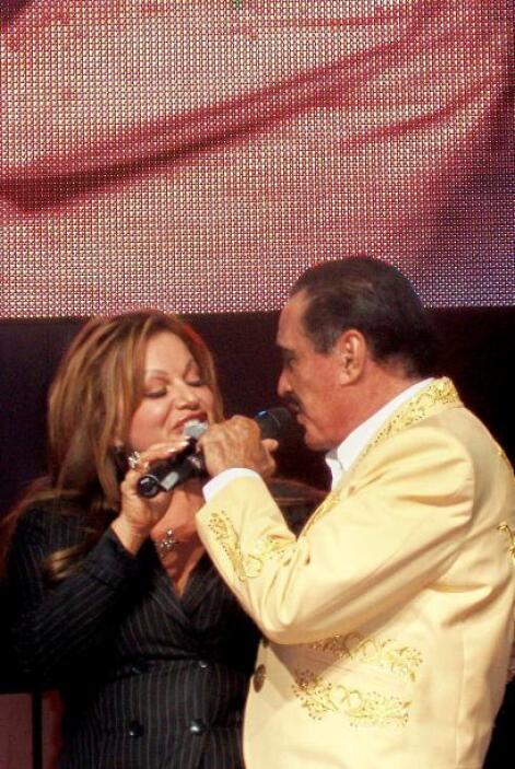 A lo largo de su carrera, el cantante ranchero compartió el escenario co...