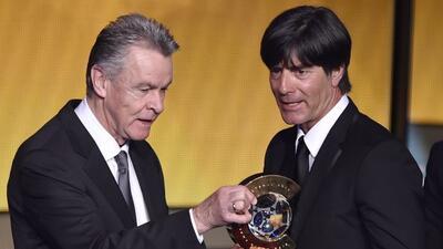 Löw recibió el premio de manos de su compatriotaOttmar Hitzfeld.