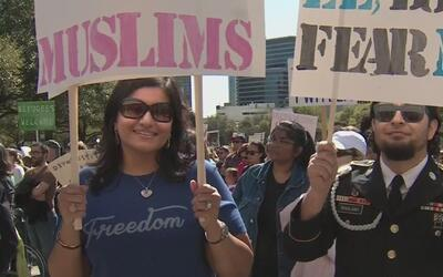 Multitudinaria protesta a favor de los inmigrantes en Austin