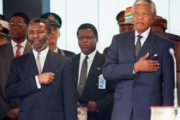 14 de junio de 1999: Mandela abandona el cargo de presidente tras una ún...