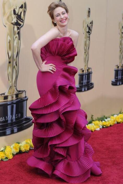 Es muy claro que el vestido de Vera Farminga está para burlarnos de ella...