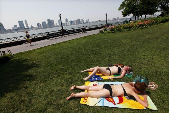 Mientras, estas dos mujeres toman sol en Battery Park.