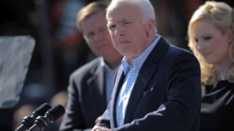 Los senadores republicanos Lindsey Graham (der.) y John McCain (centro),...