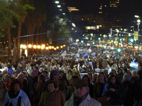 Miles de manifestantes se movilizaron la noche del jueves en el centro d...