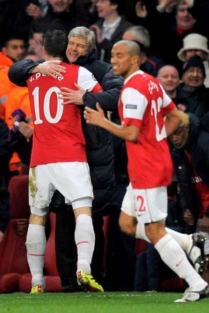 Robin fue a festejar el tanto con Wenger como una descarga de presión.