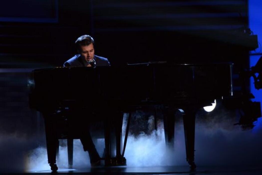 El guapo cantante de plano llevó su piano para sentirse más en confianza.
