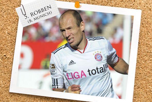 Ya en la mitad de la cancha, aparece Arjen Robben.