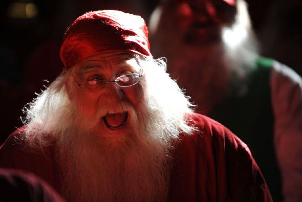 Doug Dodge, un santa con lentes y barba blanca de Burlington, Massachuse...
