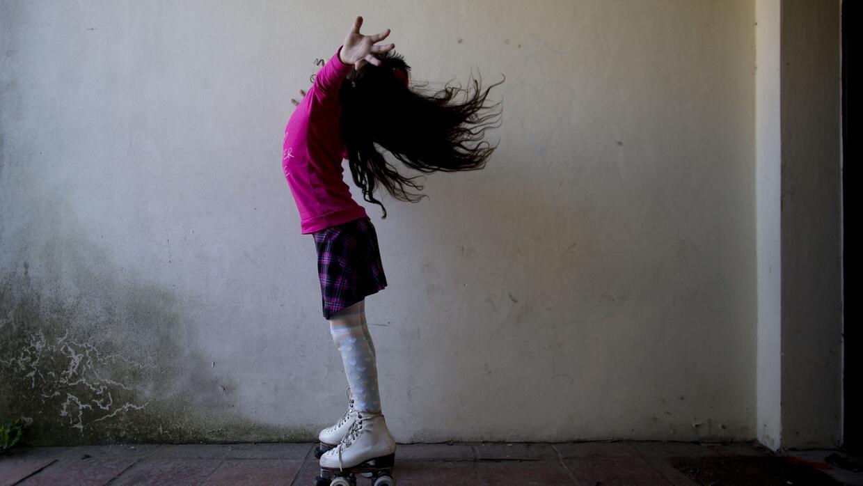 Luana posa para una fotografía sobre sus patines en su casa en Merlo.