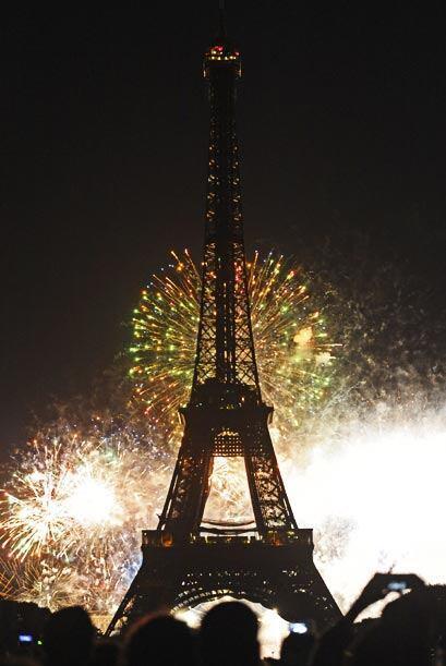 La festividad continúo por la noche con el espectáculo de fuegos artific...