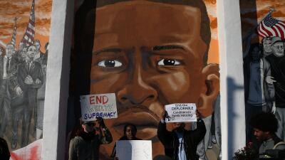Protestas frente a un mural con la imagen de Freddie Gray