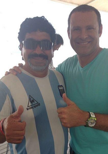"""""""Aquí con Maradona!! Buenoooo casi jajajaja esta igualito el condenado j..."""