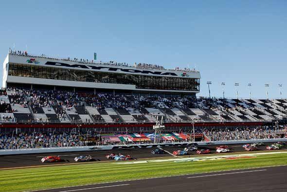 Miles de aficionados acudieron a la partida de las 24 Horas de Daytona e...
