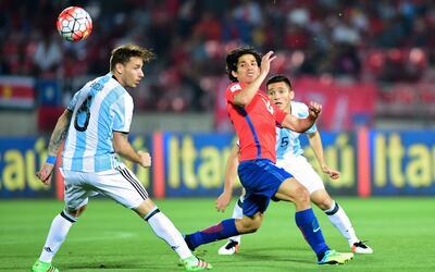Matias Fernandez en el juego ante La Albiceleste