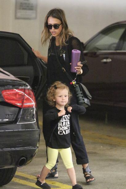 Cachamos a Jessica Alba bajando del auto en compañía de su adorable hija...