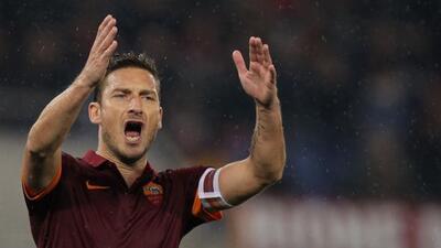 Totti no podía creer la derrota de su Roma.