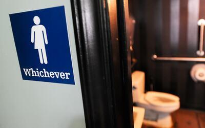 Debate sobre la polémica del uso de los baños en las escuelas para estud...