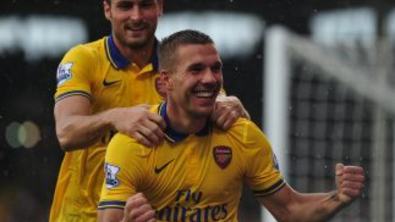 Lukas Podolski celebra uno de sus dos goles ante Fulham.